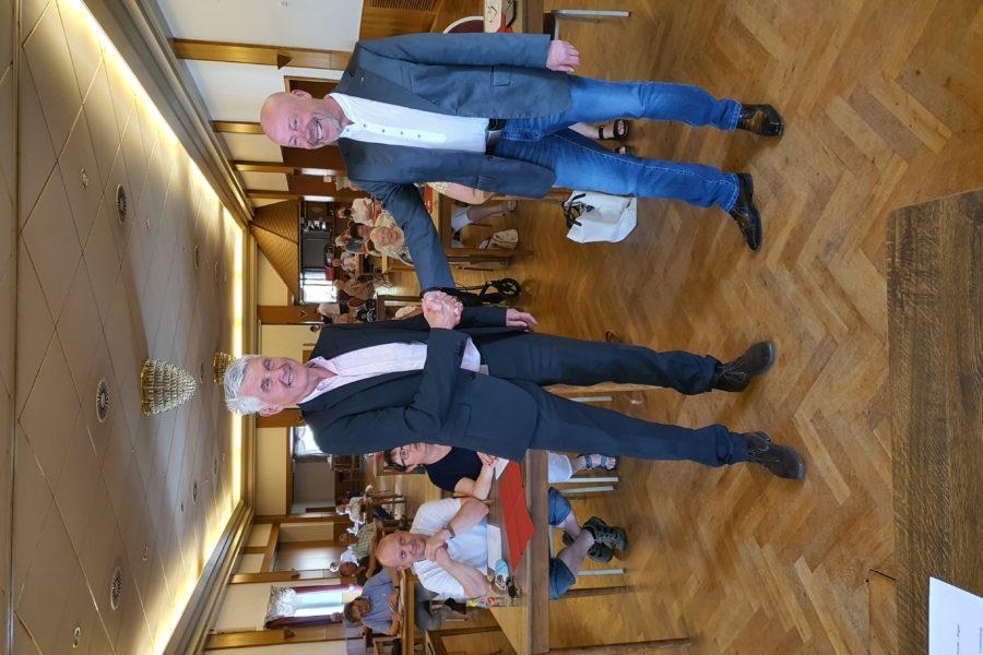 Ralf Bergander gratulier Heiner Pahlmann zur Bürgermeisterkandidatenwahl